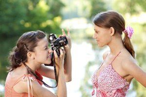 Ein Fotoshooting gelingt am besten, wenn man sich in vertrauter Umgebung befindet. Foto: djd/FriendScout24 GmbH/thx
