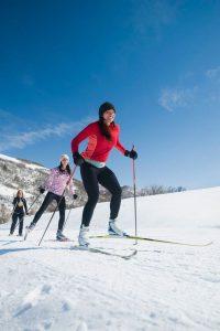 Von Langlauf bis Schlittschuhlaufen - jetzt ist Hochsaison für alle Wintersportarten. Foto: djd/Traumeel/E. Isakson