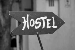 Ein Hostel ist oftmals deutlich günstiger als ein Hotel. Dafür müssen Abstriche bei der Ausstattung sowie beim Komfort gemacht werden. Wer jedoch in zentraler Lage günstig nächtigen möchte, liegt mit dieser Lösung richtig. Bild: sabrinayrafa (CC0-Lizenz)/ pixabay.com