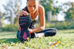 Langsam anfangen, nach dem Training dehnen und auf ausreichende Regenerationsphasen achten - so kommen Laufanfänger sanft in Schwung. Foto: djd/Traumeel/thx