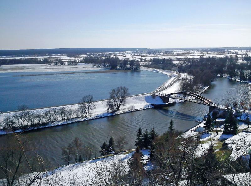 Das winterliche Hochwasser wirkt in Schnee und Eis geradezu verzaubert. Foto: djd/Tourismusverein NLP UO