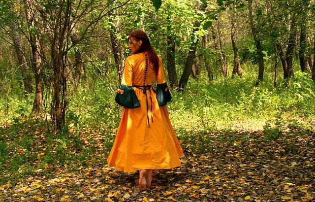 Kuschelig und stilvoll durch den Herbst – Kleider richtig in Szene setzen