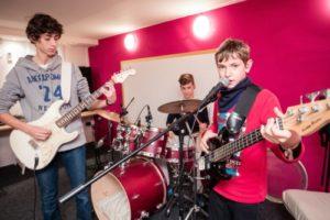 Einfach mal drauflos musizieren: An über 100 Standorten bundesweit können sich junge Talente am 18. Juni ausprobieren. Foto: djd/SOMM/Markus Nass