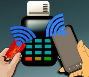 Ddie sogenannte Near Field Communication (NFC) erlaubt heute auf RFID-Basis die Option, kontaktlos zu bezahlen. Immer mehr Kreditkarten und Bankkarten werden mit dieser Technologie ausgestattet.